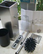 2012年2月にフランクフルトで行われたAMBIENTEで発表された新作のトイレブラシセット(壁付用)です。XEROシリーズは統一されたデザインがなによりも特徴なので、ぜひコーディネートしてみてください。お部屋のグレードもグっとアップすること間違いなし! 同じデザインで床置きタイプのXERO 40014というアイテムもあるので、そちらもご検討ください。 18/10ステンレス製 H43cm 9x9cm 1.4kg