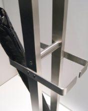 オフィスに1台は欲しいATACIOのコートラック。中央部は傘立てにもなっています。ZACKはステンレスの厚みや重みが特徴の1つになっているので、大きいものほど迫力や質感が増します。(画像中のハンガーは別売りです。 ATACIOは同じテイストのデザインで50455アンブレラスタンドという傘立てなどもあります。 関連アイテム ┗コートハンガー ┗傘立て ┗オフィスグッズ 18/10ステンレス製 165x32x33cm 15.6kg