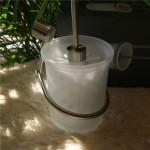 MARINOシリーズの壁つけタイプのトイレブラシセット。ブラシを受ける部分は、白い磨りガラス調のプラスティックで、とても上品な感じがしますね。 18/10 ステンレス、PCTG樹脂 H46cm 908g