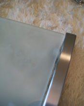LINEAシリーズのバスルームシェルフ、61.5cmバージョンです。他に26.5cmの40383、46.5cmの40384というタイプがあります。 すりガラスとヘアラインのステンレスがエレガントに仕上がった、デザイン的にはパーフェクト! 18/10ステンレス製 L61.5cm,T13.5cm-1.53kg 付属ネジの直径2mm(ヘッド約6mm) 長さ約3.5 レールの厚み約1.4cm フレームの高さ(シェルフの厚み)3cm