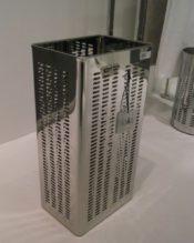 2012年秋にパリで開催されたメゾン・エ・オブジェで発表されたアンブレラスタンド(傘立)です。 今回、同じデザインの50536 ペーパーバスケットもリリースされました。セットでお使いになれば統一感があって、かなり空間としてのグレードも高まると思います。 18/10ステンレス製 H48.5cm 底面25x17.5cm 2.2kg ※現在表示されている数量以上をお求めの場合も、お気軽にお問い合わせ下さい。