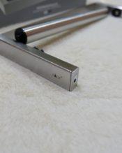 ELIOSのセットにピッタリの壁付けタイプのキッチロールホルダーです。シャフトがカチっと取り付けできる感じがいい感じです。壁面に取り付けてから本体をはめるタイプなので、金具も外から見えずキレイにセットできます。 使えるロールの大きさは、内径が27.8x12.2cmなので、それに収まるサイズのモノを。シャフトの直径が2.3cmですので、それ以上細い芯のモノは入りませんが、これは日本のスーパーで販売されているリードさんなどの一般的なタイプであれば特に問題にないと思います。 18/10ステンレス製 L30.5cm 408g 2011s