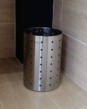 QUADROシリーズのペーパーバスケット。サイズから言うと「ゴミ箱」というよりもデスク周りの「紙屑入れ」にちょうどいいかもしれませんね。 18/10ステンレス製 H32cm/D20cm-1.1kg