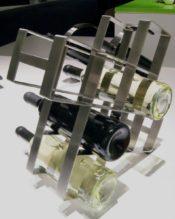2015年2月にフランクフルト・アンビエンテで発表された新作のボトルラック(8本用)です。ZACKにボトルラックはいくつかありますが、こういうデザインは初めて出てきましたね。8本全部入れてしまうより、5~6本にしてスペースを「見せておく」のがおしゃれな感じに思いました。その5~6本の差し方でもまた、センスが出てきそうですよね。下に集めた方が重心はいいように思いますが(^^; ゴム足付きなので、置く場所にもキズつけたりはしないはずです。 18/10ステンレス製 H32cm 約1.7kg
