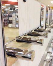 2015年2月にフランクフルト・アンビエンテで発表された、ミラーポリッシュ(鏡面仕上げ)が美しい、ドアフックラックです。こちらのフックラックは画像一番奥で、画像手前から20892、画像真ん中が20890になります。 こちらの商品は現在、横浜ロフト店でもお取扱がありますので、現物をご覧になりたい方は、店頭へ足をお運びくださいますようお願いいたします。スタイリッシュでシンプルモダンなデザインはもとより、機能美あふれる重厚なZACK製品の質感を是非お手に取ってお確かめください! 18/10ステンレス製 13.6x27.0x8.4cm