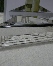 2015年2月にフランクフルト・アンビエンテで発表されたシャワーバスケット(壁付けタイプ)です。 ワイヤーや肉厚なフレームは40023と同じテイストのデザインです。内側に小さなZACKロゴ。 ミラー仕上げは輝きの美しさもさることながら、ちょっと拭くだけでキレイになってしまう、メンテナンス性の良さも、最近売れている理由の1つかもしれませんね。 ビス止めで、DIYも可能ですが、日本のお客様の場合は、やはり新築やリフォーム時に大工さんにやってもらう、という方が多いように思います。 よく「対荷重量を教えて」というお問い合わせもいただきますが、ZACKはその手の数字は非公表でして、当然これに入れるだろうシャンプーボトルやスポンジなど入れても、全く問題ないんだよ、という大陸的なスタンスです。 18/10ステンレス製 約7.7x31.0x14.0cm 約542g