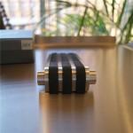 ブラック&シルバーが美しいドアエッジ。これほどスタイリッシュなドアエッジは、おそらく世界中探しても、そうそう出会えるものではないでしょう。通好みの一品ですね。 ラバーをメインにデザインされた50591ドアエッジもご覧ください。 18/10ステンレス製 3x5x12.5cm-386g
